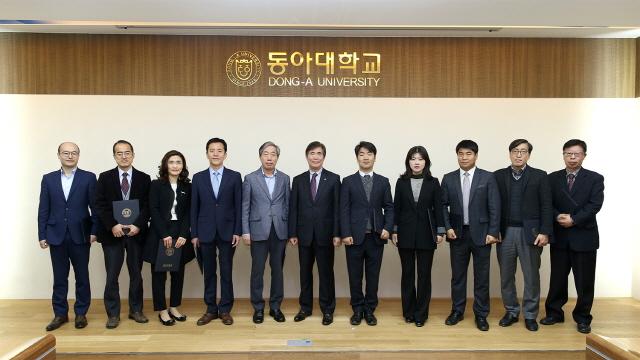 2016년 학과평가 시상식 수상 학과장과 한석정 총장.
